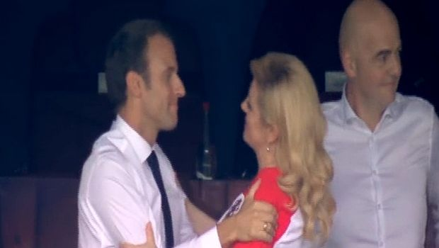 Το σταυρωτό φιλί του Μακρόν στην πρόεδρο της Κροατίας