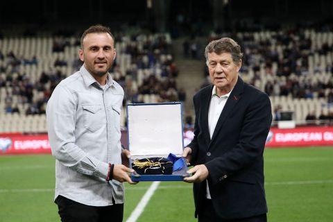 Ο Ότο Ρεχάγκελ και ο Βασίλης Τοροσίδης κατά τη βράβευσή τους από την ΕΠΟ πριν από την αναμέτρηση της Ελλάδας με τη Σουηδία για τον 2ο προκριματικό όμιλο της ευρωπαϊκής ζώνης του Παγκοσμίου Κυπέλλου 2022 στο Ολυμπιακό Στάδιο   Τετάρτη 9 Σεπτεμβρίου 2021