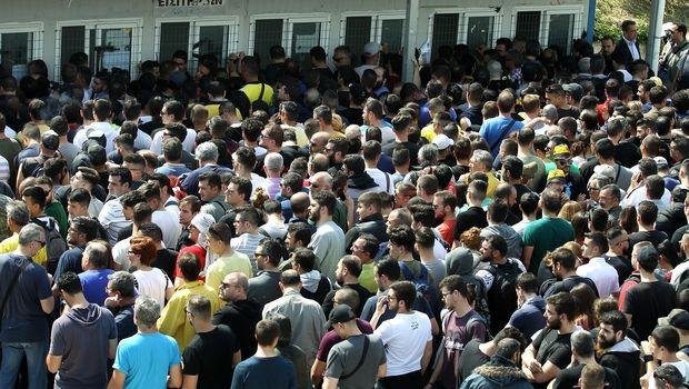 VIDEOS: Πανικός με τις ουρές στο ΟΑΚΑ για τα εισιτήρια