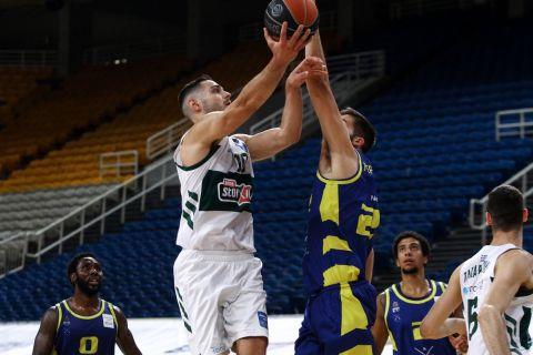 Ο Ιωάννης Παπαπέτρου σε φάση από τον πρώτο τελικό της Stoiximan Basket League 2020/21 με αντίπαλο το Λαύριο