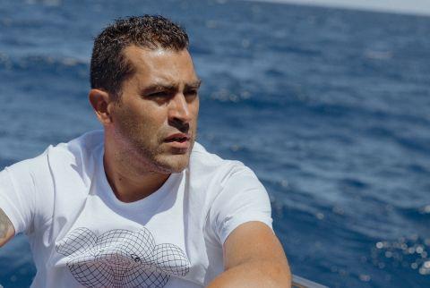 Ο Νέρι Καστίγιο στο σκάφος με το οποίο ψαρεύει με τις ώρες