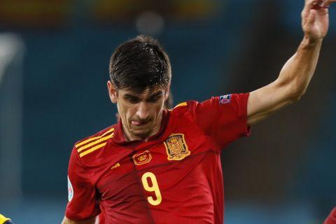 Ο Ζεράρ Μορένο μάχεται για την μπάλα στο Ισπανία - Σουηδία για το Euro 2020.