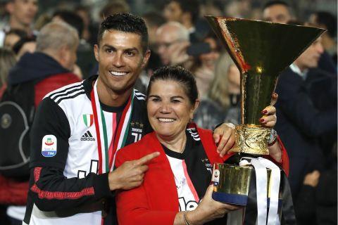 Ο Κριστιάνο Ρονάλντο με τη μητέρα του, Ντολόρες Αβέιρο αγκαλιά με το τρόπαιο της Serie A το 2019