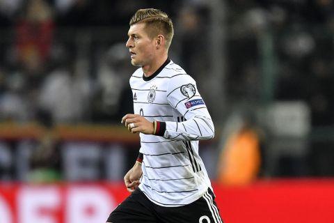 Ο Τόνι Κρόος κοντρολάρει την μπάλα στο Γερμανία - Λευκορωσία για τα προκριματικά του Euro 2020.