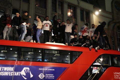 Ξέφρενοι πανηγυρισμοί των Άγγλων στο Λονδίνο για την πρόκριση στον τελικό