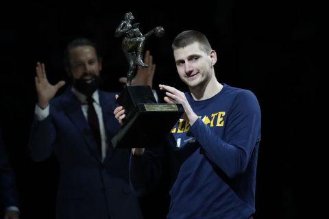 Ο Νίκολα Γιόκιτς παραλαμβάνει το βραβείο του MVP της σεζόν 2020/21