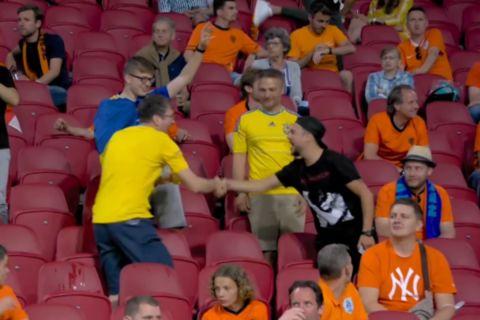 Ολλανδός φίλαθλος συγχαίρει Ουκρανό μετά το γκολ του Γιαρμολένκο