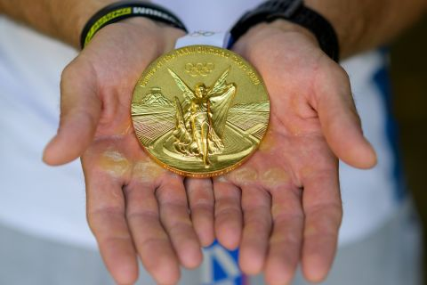 """Το χρυσό μετάλλιο στα """"σημαδεμένα"""" χέρια του Στέφανου Ντούσκου"""