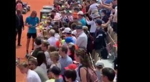 Roland Garros: Δεκάδες θαυμαστές του Τσιτσιπά περίμεναν για ένα αυτόγραφο