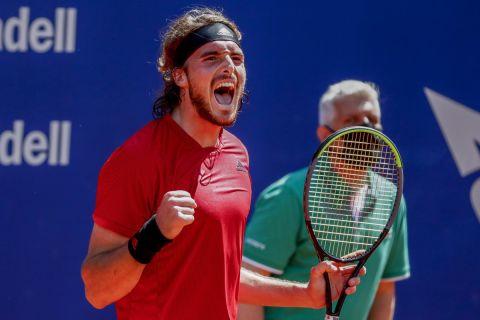 Ο Στέφανος Τσιτσιπάς πανηγυρίζει έναν πόντο του επί του Σίνερ στο τουρνουά της Βαρκελώνης /24-04-2021