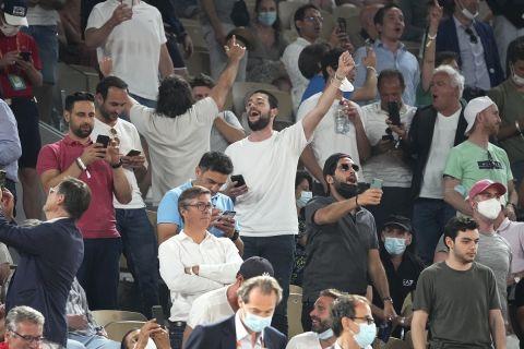 Οι θεατές πανηγυρίζουν στον ημιτελικό του Roland Garros ανάμεσα στον Τζόκοβιτς και τον Ναδάλ