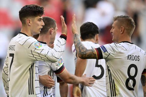 Οι παίκτες της εθνικής Γερμανίας πανηγυρίζουν το γκολ του Κάι Χάβερτς