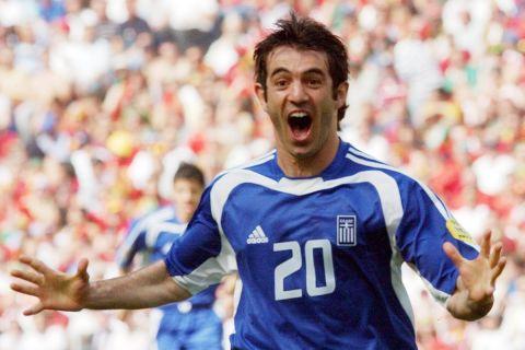 Ο Γιώργος Καραγκούνης πανηγυρίζει το γκολ του κόντρα στην Πορτογαλία στην πρεμιέρα του Euro 2004 (12 Ιουνίου 2004)