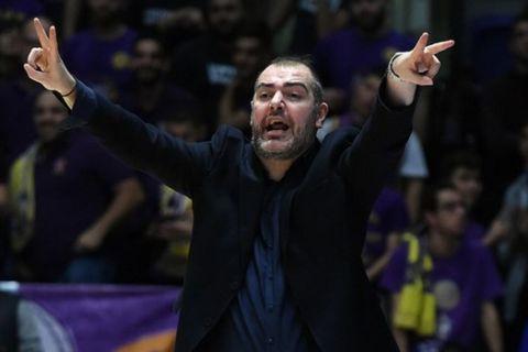 Ο Στέφανος Δέδας κατευθύνει τους παίκτες της Χάποελ Χολόν σε αγώνα του Basketball Champions League
