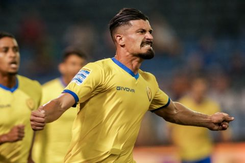 Ο Ιβάν Βαρόνε πανηγυρίζει γκολ του στο Λαμία - Παναιτωλικός
