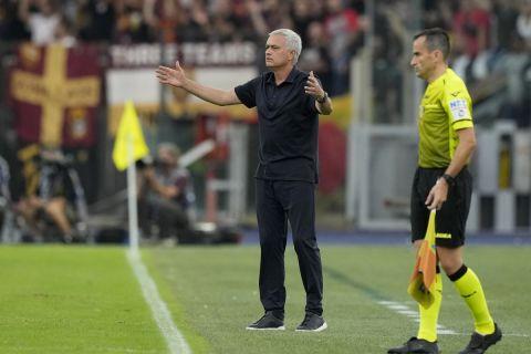 Ο Ζοζέ Μουρίνιο στον πάγκο της Ρόμα κατά τη διάρκεια του ντέρμπι με την Λάτσιο | 26 Σεπτεμβρίου 2021