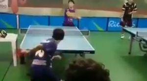 Απίστευτο χτύπημα πίσω από την πλάτη σε αγώνα πινγκ πονγκ