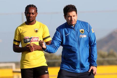 Ο Αργύρης Γιαννίκης με τον Λιβάι Γκαρσία στην προπόνηση της ΑΕΚ