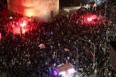 Οι φίλοι του ΠΑΟΚ πανηγυρίζουν στον Λευκό Πύργο την κατάκτηση του Κυπέλλου