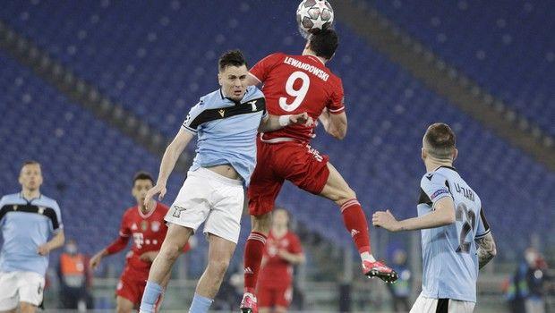 Διεκδίκηση της μπάλας από τους Λούκας Λέιβα και Ρόμπερτ Λεβαντόβσκι σε Λάτσιο - Μπάγερν για το Champions League