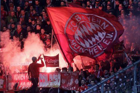 Οι οπαδοί της Μπάγερν στην Allianz Arena στην αναμέτρηση με τη Χόφενχαϊμ