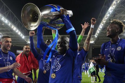 Ο Καντέ με το τρόπαιο του Champions League μετά τη νίκη της Τσέλσι επί της Μάντσεστερ Σίτι /29-5-2021