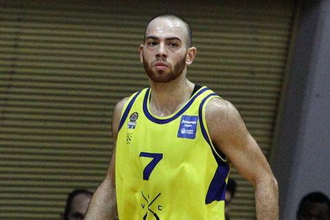 Ο Βασίλης Μουράτος έτοιμος να πανηγυρίσει σε φάση αγώνα του Λαυρίου στη Stoiximan Basket League 2020/21