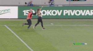 Σλόβαν – ΠΑΟΚ: Ημίγυμνη γυναίκα εισέβαλε στον αγωνιστικό χώρο