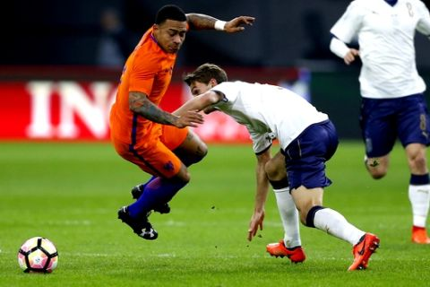 Italy's Daniele Rugani, right, fouls Netherlands' Memphis Depay, left, during the international friendly soccer match between The Netherlands and Italy at the ArenA stadium in Amsterdam, Netherlands, Tuesday, March 28, 2017. (AP Photo/Peter Dejong)