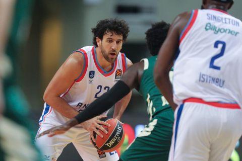 Ο Βασίλιε Μίτσιτς σε φάση από τον αγώνα Παναθηναϊκός - Αναντολού Εφές για τη EuroLeague 2020/21