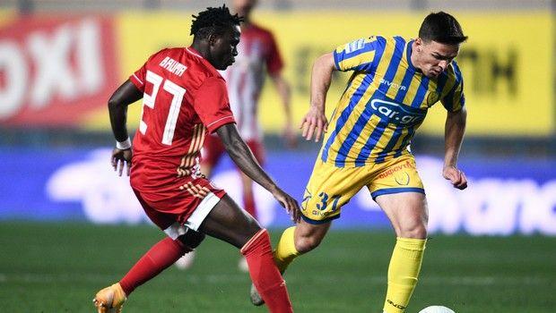 Ο Τσιγγάρας δίνει μάχη με τον Μπρούμα στο Παναιτωλικός - Ολυμπιακός για το Κύπελλο Ελλάδας.