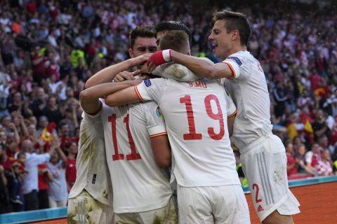 ;Οι παίκτες της Ισπανίας πανηγυρίζουν γκολ που σημείωσαν κόντρα στην Κροατία