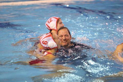 Οι κολυμβήτριες του Ολυμπιακού πανηγυρίζουν την κατάκτηση του πρωταθλήματος, μαζί με τον Χάρη Παυλίδη