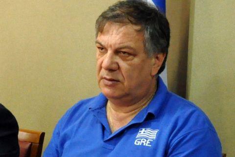 ΑΡΓΟΣ-Πραγματοποιήθηκε σήμερα στο Δημαρχείο του Άργους η συνέντευξη Τύπου ενόψει του προκριματικού ομίλου του Ευρωπαϊκού Πρωταθλήματος παγκορασίδων που θα φιλοξενηθεί στην πόλη του Άργους (21-23 Απριλίου) με την υποστήριξη τόσο της Περιφερειακής Ενότητας Αργολίδας, όσο και του Δήμου Άργους Μυκηνών.Στη φωτογραφία από αριστερά  ο πρόπονητής της ελληνικής ομάδας, Κώστας Γκούντας,ο ο Αντιπεριφερειάρχης Αργολίδας, Τάσσος Χειβιδόπουλος,ο Δήμαρχος Άργους Μυκηνών, Δημήτρης Καμπόσος,ο τιμ μάνατζερ της Εθνικής, Βαγγέλη Περόπουλος και η Η αρχηγός του αντιπροσωπευτικού μας συγκροτήματος, Μάγδα Τσιγκαροπούλου.(Eurokinissi Sports-ΒΑΣΙΛΗΣ ΠΑΠΑΔΟΠΟΥΛΟΣ)