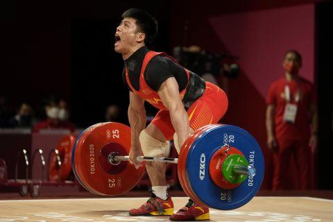 Ο Λι Φαμπίν σε μία από τις προσπάθειές του στον τελικό των 61 κιλών της Άρσης Βαρών