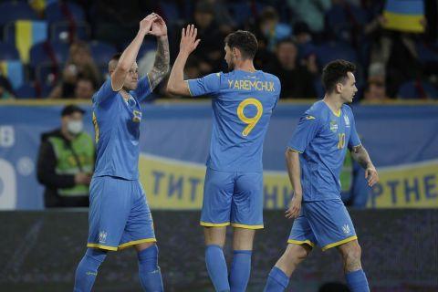 Ο Ζούμπκοφ πανηγυρίζει με τον Ρόμαν Γιάρεμτσουκ γκολ στο Ουκρανία - Βόρεια Ιρλανδία