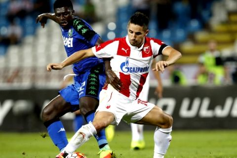 Sassuolo's Alfred Duncan, left, challenges Red Star's Hugo Vieira during the Europa League play-offs first leg soccer match between Red Star and Sassuolo in Belgrade, Serbia, Thursday, Aug. 25, 2016. (AP Photo/Darko Vojinovic)