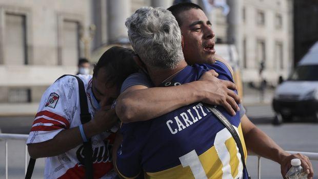 Οπαδοί της Μπόκα Τζούνιορς και της Ρίβερ Πλέιτ κλαίνε αγκαλιασμένοι έξω από το Προεδρικό Μέγαρο