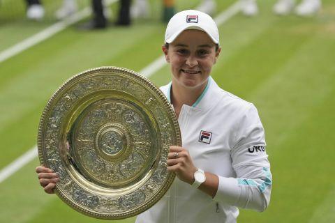 Η Άσλεϊ Μπάρτι με το τρόπαιο του Wimbledon μετά τη νίκη της επί της Πλίσκοβα