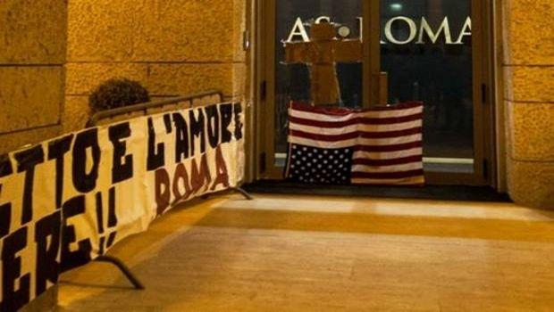 Ντε Ρόσι: Κρέμασαν ανάποδα τη σημαία των ΗΠΑ στη Ρόμα