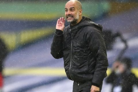 Ο Πεπ Γκουαρδιόλα δίνει οδηγίες στους παίκτες της Μάντσεστερ Σίτι κατά τη διάρκεια του αγώνα με την Λιντς για την Premier League