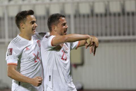 """Παίκτες της Ισπανίας πανηγυρίζουν γκολ που σημείωσαν στην αναμέτρηση με το Κόσοβο για τον 2ο προκριματικό όμιλο της ευρωπαϊκής ζώνης του Παγκοσμίου Κυπέλλου 2022 στο """"Φαντίλ Βόκρι"""", Πρίστινα   Τετάρτη 8 Σεπτεμβρίου 2021"""
