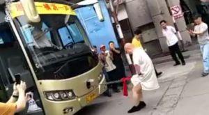 Kινέζος μάστερ των πολεμικών τεχνών τραβάει λεωφορείο με τα γεννητικά του όργανα!
