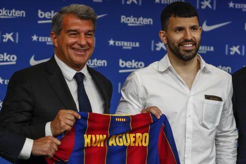 O Σέρχιο Αγκουέρο ποζάρει δίπλα στον Τζοάν Λαπόρτα κατά την παρουσίασή του ως παίκτης της Μπαρτσελόνα (31 Μαΐου 2021)