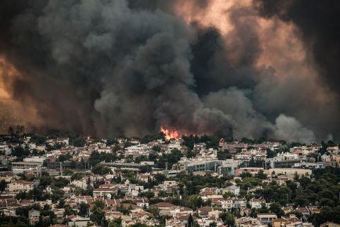 Στιγμιότυπο από την καταστροφική φωτιά στη Βαρυμπόμπη