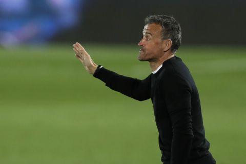 Ο Λουίς Ενρίκε δίνει οδηγίες στους παίκτες της εθνικής Ισπανίας στο πλαίσιο αγώνα του Nations League με την Ελβετία (10 Οκτωβρίου 2020)