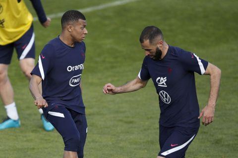 Οι Κιλιάν Εμπαπέ και Καρίμ Μπενζεμά σε προπόνηση της εθνικής Γαλλίας πριν την πρεμιέρα της στο Euro 2020