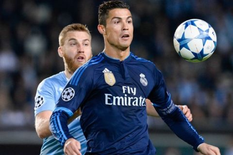 Real Madrid's Portuguese forward Cristiano Ronaldo (R) and Malmo's Norwegian midfielder Jo Inge Berget vie for the ball during the UEFA Champions League first-leg Group A football match between Malmo FF and Real Madrid CF at the Swedbank Stadion, in Malmo, Sweden on September 30, 2015. .AFP PHOTO / JONATHAN NACKSTRAND        (Photo credit should read JONATHAN NACKSTRAND/AFP/Getty Images)