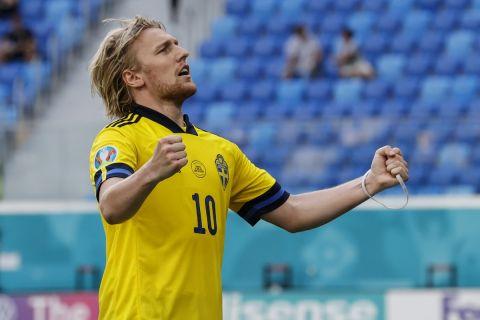 Ο Εμίλ Φόρσμπεργκ πανηγυρίζει το γκολ του με τη φανέλα της Σουηδίας κόντρα στην Σλοβακία στο Euro 2020 (18 Ιουνίου 2021)