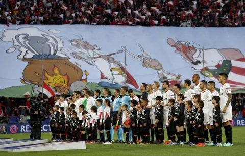 Teams line up prior to the Champions League quarter final first leg soccer match between Sevilla FC and FC Bayern Munich at the Sanchez Pizjuan stadium in Seville, Spain, Tuesday, April 3, 2018. (AP Photo/Miguel Morenatti)